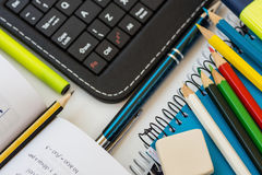 I rifornimenti di scuola di vista superiore, la tastiera della compressa del computer portatile, le matite multicolori, l'evidenz Fotografia Stock