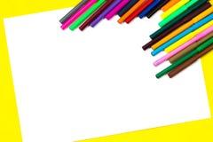 I rifornimenti di scuola e lo strato bianco su un fondo giallo luminoso, aspettano per la vostra progettazione Fotografia Stock