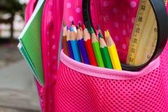 I rifornimenti di scuola sono in zaino della scuola immagine stock
