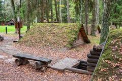 I ripari di legno d'annata in foresta sul territorio di Partizanen complesso storico militare si accampano in Stankovo, Bieloruss Immagini Stock