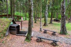 I ripari di una foresta sul territorio di Partizanen complesso storico militare si accampano in Stankovo, Bielorussia Fotografia Stock Libera da Diritti