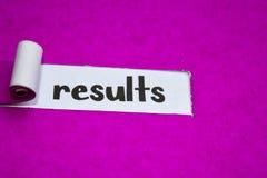 I risultati mandano un sms a, concetto di ispirazione, di motivazione e di affari su carta lacerata porpora fotografia stock