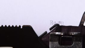 I risultati per la maratona sono scritti su una retro macchina da scrivere Fine in su stock footage