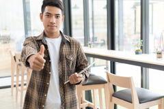 I riusciti giovani motivati iniziano sulla linguetta della tenuta dell'uomo dell'imprenditore Fotografia Stock Libera da Diritti