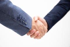 I riusciti uomini di affari stringono le mani isolate su fondo bianco immagini stock libere da diritti
