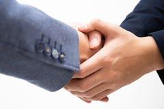 I riusciti uomini di affari stringono le mani isolate su fondo bianco immagini stock