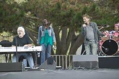 I rock star Michael McDonald e Kenny Loggins eseguono nel concerto all'aperto in Ventura, la California per Ventura Hillsides Con fotografia stock libera da diritti