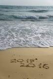 2015 i 2016 rok na piasek plaży Zdjęcie Stock