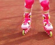 I Rollerblades/in linea pattina di un primo piano del bambino in outdoo di azione Fotografia Stock Libera da Diritti