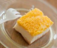 I rossi d'uovo dell'oro filettano la torta Fotografia Stock