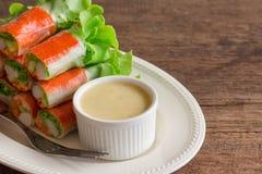 I rotoli di molla freschi con il bastone del granchio e della verdura fresca hanno servito i wi Fotografia Stock