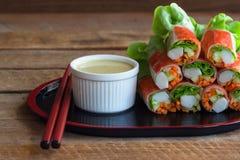 I rotoli di molla freschi con il bastone del granchio e della verdura fresca hanno servito i wi Fotografie Stock