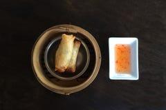 I rotoli di primavera ben noti cinesi dell'alimento con il sa agrodolce Fotografie Stock