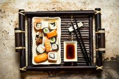 I rotoli ed il piatto dei sushi con la salsa di soia Immagini Stock Libere da Diritti
