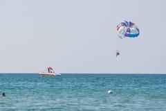 I rotoli offshore della barca della gente su un paracadute sul Mar Nero costeggiano fotografie stock libere da diritti