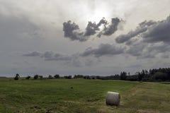 I ruoli di paglia nel campo prima della tempesta Fotografie Stock
