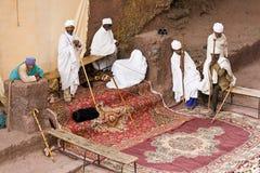 I sacerdoti pregano in Lalibela Immagine Stock