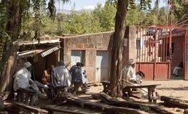 I sacerdoti si sono seduti fuori, Lalibela fotografia stock