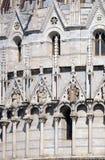 I san, architrave della decorazione del battistero incurva, cattedrale a Pisa fotografie stock