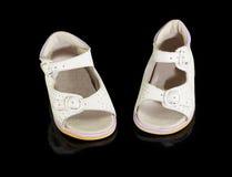 I sandali bianchi dei piccoli bambini Fotografia Stock