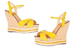 I sandali della piattaforma del cuneo di giallo delle signore, isolati su bianco, cima rivaleggiano Immagine Stock