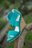 I sandali delle donne sono sulla ruota, scarpe italiane Immagini Stock