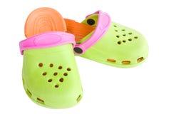 I sandali di gomma dei bambini variopinti isolati Immagini Stock