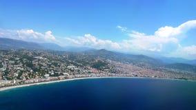 I sanderna för kilometer för Aegean kust de hundratals långa och guld- Arkivfoto