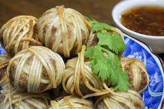 I sarong Deep fried di Mhoo hanno avvolto la palla della carne di maiale con la tagliatella fotografie stock libere da diritti