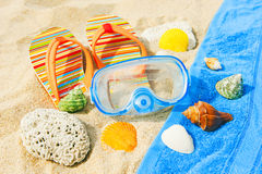 I Seashells e la mascherina di immersione subacquea sull'oceano tirano Fotografia Stock