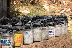 i secchi di plastica di carbone sono venduti sulla via della regione più difficile di Africa fotografia stock libera da diritti