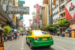 I segnali stradali e le automobili guidano in Chinatown, Bangkok Tailandia Immagine Stock