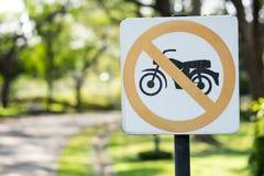 I segni circolari proibiscono i motocicli dall'entrare in questa strada fotografie stock libere da diritti