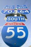 I segni dell'autostrada interstatale mostrano l'intersezione di 70, di 64 e di 55 da uno stato all'altro a St. Louis orientale vi Fotografia Stock Libera da Diritti