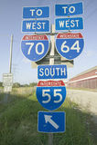 I segni dell'autostrada interstatale mostrano l'intersezione di 70, di 64 e di 55 da uno stato all'altro a St. Louis orientale vi Immagine Stock