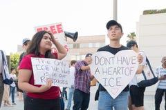 I segni della tenuta degli attivisti durante le famiglie appartengono insieme marzo immagini stock libere da diritti