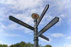 I segni direzionali fuori del Trafford concentrano, Manchester, Regno Unito fotografia stock libera da diritti