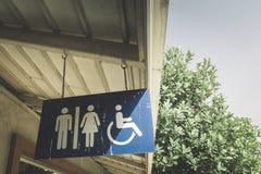 I segni pubblici della toilette con disattivano la toilette Fondo fotografia stock libera da diritti