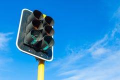 I semafori e poca ragnatela contro il fondo del cielo blu Immagine Stock