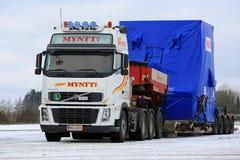 I semi bianchi di Volvo FH16 trasportano l'ampio carico nell'inverno Fotografia Stock