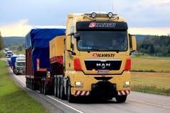 I semi dell'UOMO giallo conducono il convoglio di trasporti di grande misura del carico Immagine Stock Libera da Diritti