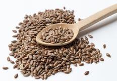 I semi di lino si chiudono su su un cucchiaio di legno Fotografia Stock