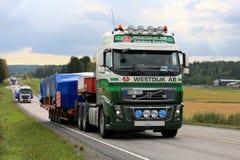 I semi di Volvo trasportano l'ampio carico lungo la strada principale Immagini Stock