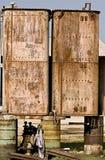 I serbatoi arrugginiti del metallo hanno equilibrato sui tamburi di olio Fotografie Stock
