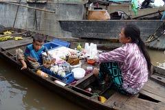 I servizi di galleggiamento dentro possono Tho, Vietnam Fotografia Stock Libera da Diritti