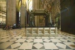 I Sevilla Cathedral sydliga Spanien, är mausoleum-monumentet och den utsmyckade gravvalvet av Christopher Columbus var dre för fy Arkivbild