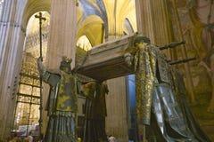 I Sevilla Cathedral sydliga Spanien, är mausoleum-monumentet och den utsmyckade gravvalvet av Christopher Columbus var dre för fy Royaltyfria Bilder