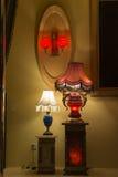 I shoppa lyxigt rött för fönster, och den blåa marmortabelllampan, vägglampetten, varmt ljus, ljuset av hopp, tänder upp din dröm Arkivbilder