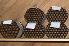 I sigari avvolti si siedono su uno scaffale immagini stock libere da diritti