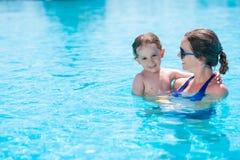 I simbassängen Royaltyfri Bild